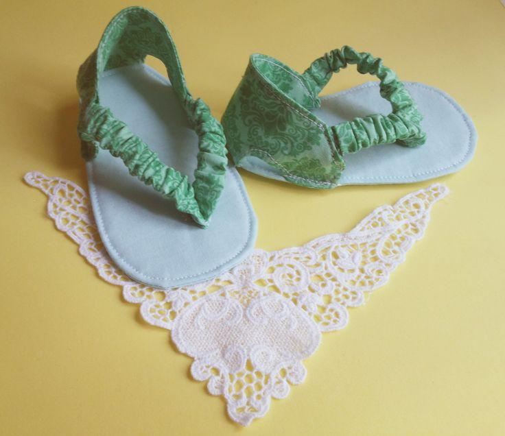 Sapatinho modelo Chinelinho - para bebê feito em tecido de algodão, tamanho M - Idade 4 a 7 meses - 11 cm. <br> <br>Consulte opções de cores, tanto para menina como para os meninos. <br> <br>Confeccionamos nas seguintes Medidas: <br>Tamanho P - Idade 0 a 3 meses - 10 cm <br>Tamanho M - Idade 4 a 7 meses - 11 cm <br>Tamanho G - Idade 8 a 12 meses - 13 cm