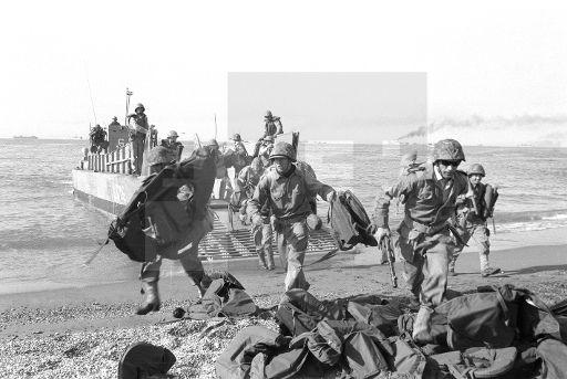 OPERACIÓN ALBOREX-1: Mazarrón (Murcia), 24-4-1964.- Mil quinientos hombres realizaron un ejercicio de desembarco, en las playas de Mazarrón, al mando del general Bobadilla. Finalizaban así las maniobras de la Armada española que congregaron al sesenta por ciento de los efectivos. EFE/Alonso/aa