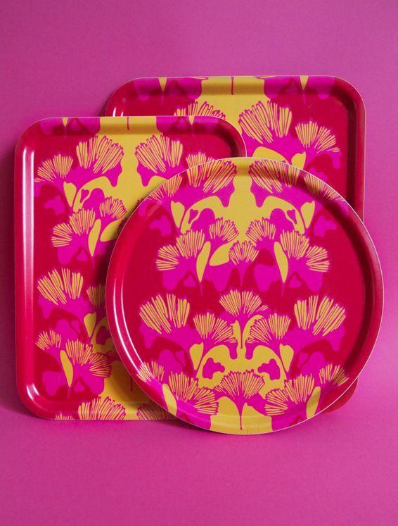 Bricka GINKO röd/rosa/gul 38cm - Ulrika Lavér