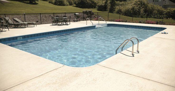 La bomba de la piscina enciende pero no hace circular el agua. La bomba de tu piscina se enciende, pero no circula agua. Esto podría ser el resultado de sólo un puñado de problemas asociados con el filtro, incluyendo un filtro obstruido, un bajo nivel de agua o un bloqueo de la tubería de la piscina. Si el agua no está circulando en el filtro, se necesita una solución inmediata ya que el filtro puede sufrir ...