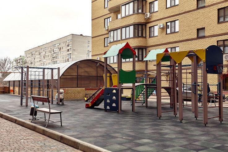 Cданные дома / 1-комн., Краснодар, Бородинская ул, 2 600 000 http://krasnodar-invest.ru/vtorichka/1-komn/realty242016.html  Продается  1 к.кв. в КМР.  52/19/16 на 7 этаже. У дома закрытая территория и видео наблюдение (заезд через шлагбаум). Подземный паркинг в который можно спуститься прямо на лифте. В самой квартире выполнен хороший новый ремонт: натяжные потолки, декоративная шпатлевка. Есть вся необходимая мебель: двухспальная кровать, холодильник, стиральная машинка, сплит система…