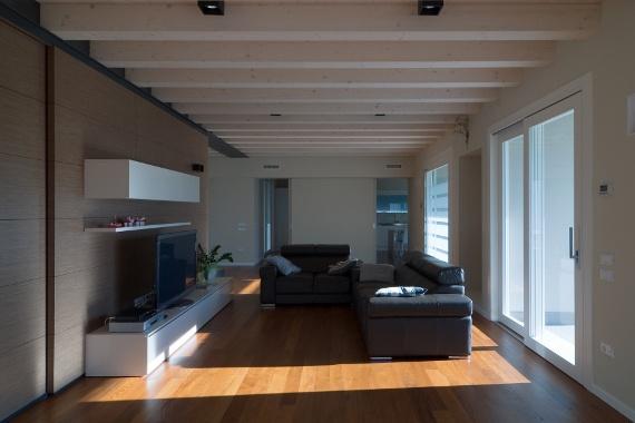 Salotto moderno con infissi di design ad elevate prestazioni - Modern living room with designer furniture and efficient windows.