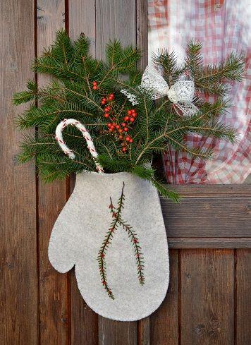 I materiali più belli ce li regala la natura.. Fuoriporta invernale con vero pino, bacche, e il resto ce l'ho messo io. Ricamato a mano #christmasgift #gliantichimestieri