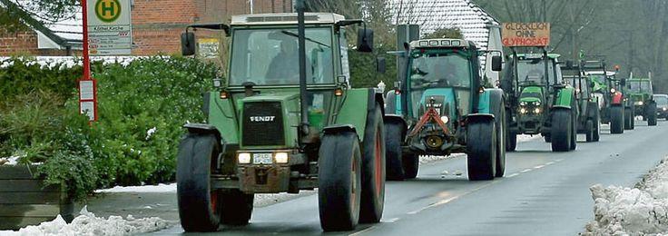 Der Konvoi der Traktoren rollt durch Köthel. Über Schwerin soll es im Treckertempo weiter bis nach Berlin zur Grünen Woche gehen.