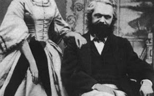 Marx nella prospettiva di Walter Benjamin Si parla della sezione dei Passages di Benjamin dedicata a Karl Marx. L'analisi di Bejamin a frammenti si basa sui Manoscritti di Marx, sul pensiero marxista di Heryk Grossmann, le critiche a Marx da #marx #benjamin #passages