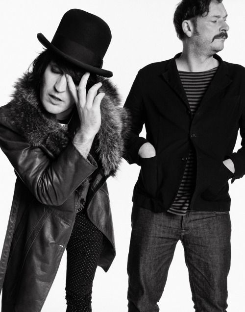 Noel Fielding and Julian Barratt, 2008. Man, you don't even have to get a closeup to get a glorious shot of THAT nose of Noel's, do you? Sexy bastard.