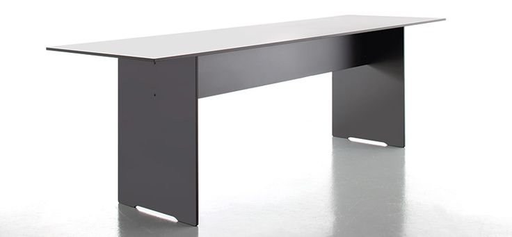 Duży stół przeznaczony zarówno do jadalni jak również do biura i pracowni.