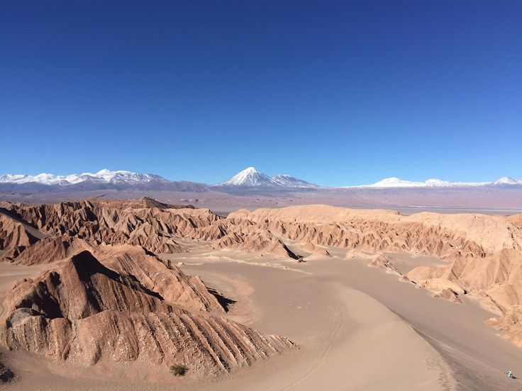 Contrast between the Death Valley and snow-covered volcanoes - Valle de La Muerte Atacama Desert [OC] || Click on the photo to discover the most incredible destinations with us :)