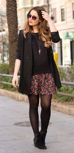 Saia floral + camisa + meia calça + bota + casaco