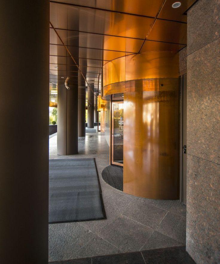 Uși automate rotative, cu un design special, amplasate la intrarea în clădirea United Business Center din Cluj-Napoca.  Proiectul face parte din seria celor 26 ale producătorului Record în România.
