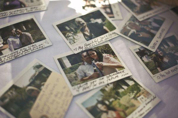 Старые семейные фотографии могут послужить замечательным украшение банкетного зала и свадебной церемонии, а также станут оригинальным решением для свадебной фотосессии.