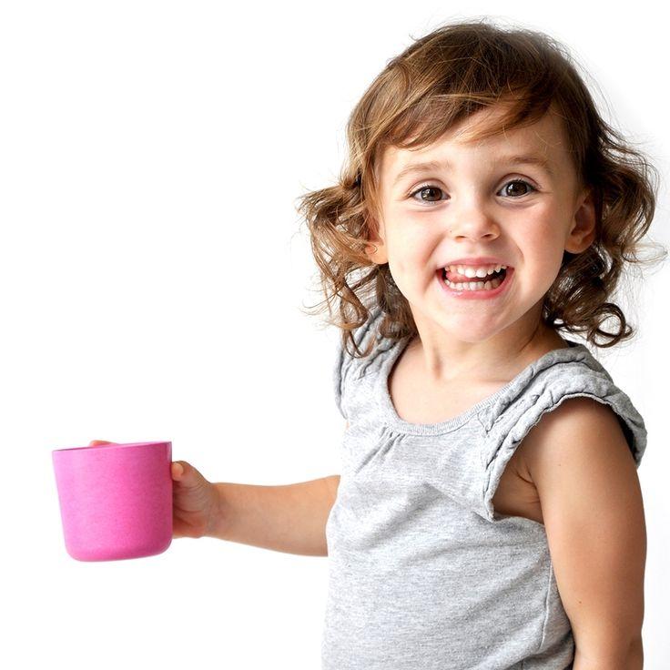 Petit Gobelet / Bambino.  Empilez-les dans vos placards où vous mélangez les couleurs: ces petit gobelets forment un accessoire indispensable. D'une taille idéale pour vos petits, ils sont également écologiques, empilables et lavables au lave-vaisselle. Ils se combinent parfaitement avec les assiettes, bols, et couverts de la Collection Bambino. € 4.50