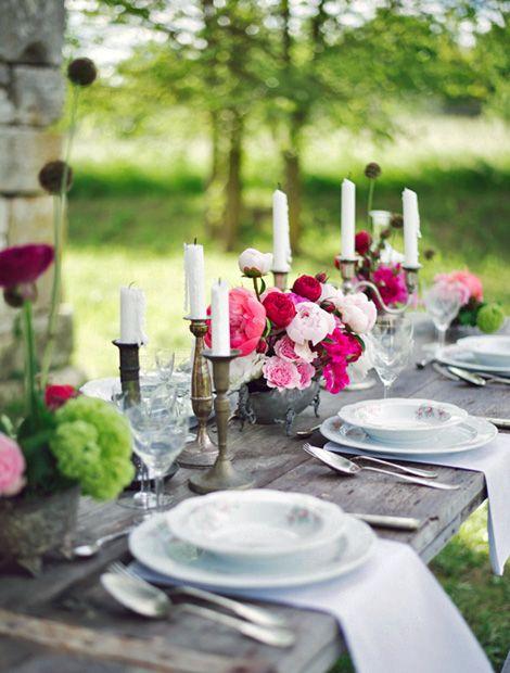 Superb Nostalgische Atmosph re mit Leinenservietten feinem Porzellan und historischen Rosen Foto layercake