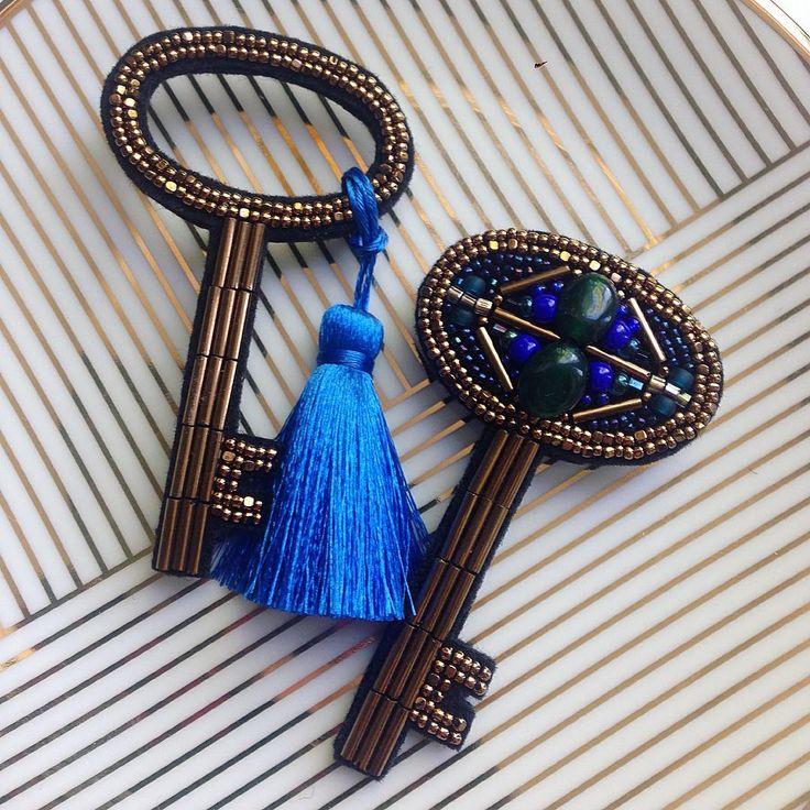 """Ключики ❤️ проданы, но показать то вам надо 😉 а вот здесь собраны, все возможные варианты для повтора 👉🏼 #ключикигнездосороки ________________________________________Комплект из двух брошек. Размер ключа 7,5x4 см. Японский бисер, шелковая кисточка цвета """"Сапфир"""" (есть и другие цвета на выбор). По вопросам приобретения в Директ 📮_______________________________________ #moscow #russia #брошь #броши #вышивка #вышивкабисером #нашивка #fashion #brooches #art #ручнаяработа #своимируками…"""