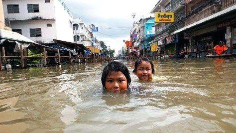 monsoon-thailand_bangkok_north_street_daniel-julie