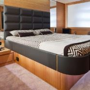 Copriletto disegno chevron con cuscini e coperta fondo letto coordinati. #biancheria #barca #custom #yacht #linen #cabin #luxury #gentilimosconihome