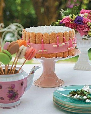 A mesa de doces é característica de grandes festas. Prepare uma também na sua casa, como fez a artista plástica Myriam Durante neste chá da tarde para comemorar o Dia das Mães (Foto: Cacá Bratke/Casa e Jardim)
