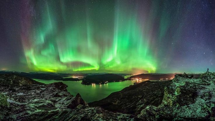 SELFIE BORÉAL.Ce photographe de 37 ans dont on aperçoit la silhouette à droite de son cliché, juché sur une éminence rocheuse au fond de l'un des innombrables fjords qui déchiquettent la côte ouest de la Norvège, maîtrise à la perfection l'art d'immortaliser une aurore boréale. Ce qui, techniquement, est beaucoup moins compliqué qu'on ne l'imagine, le seul impératif à ne pas négliger consistant à photographier l'embrasement magnétique au-dessus d'un bel avant-plan, choisi de façon à en…