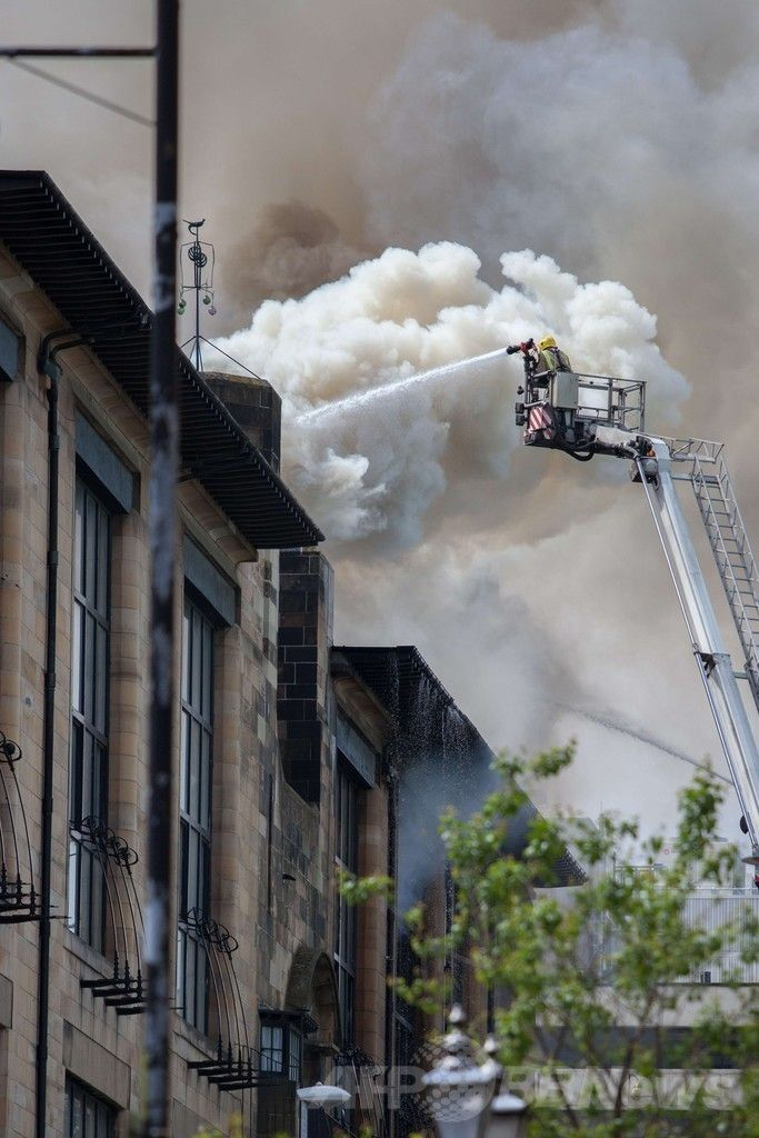 火災が発生した英スコットランド(Scotland)グラスゴー(Glasgow)にある、チャールズ・レニー・マッキントッシュ(Charles Rennie Mackintosh)が設計したグラスゴー芸術大学(Glasgow School of Art)校舎の消火にあたる消防士(2014年5月23日撮影)。(c)AFP/DAVID BARZ ▼24May2014AFP|英グラスゴーの歴史的建造物で火災、一部損傷 http://www.afpbb.com/articles/-/3015812 #Glasgow #Glasgow_School_of_Art #Conflagration