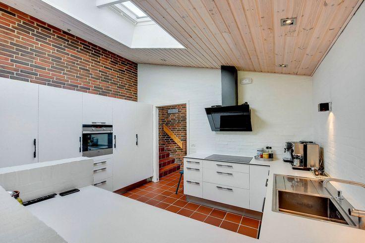 Villa til salg, Bjerringbro - I roligt attraktivt kvarter, på en 1.050 m2 dejlig kuperet grund, ligger denne spændende arkitekttegnede villa i flere forskudte plan. Villaen er fuldmuret, og er opført i rødbrune sten i 1979. Moderniseret i 2010-15 med bl.a. nyt tegltag med fast undertag, nye stern og tagrender, efterisolering, køkken, badeværelse, bryggers, træ-alu vinduer, gulvbelægninger, delv. indvendig vandskuring, maling overalt m.v.  Dejlig grund i flere plateauer med mange gode…