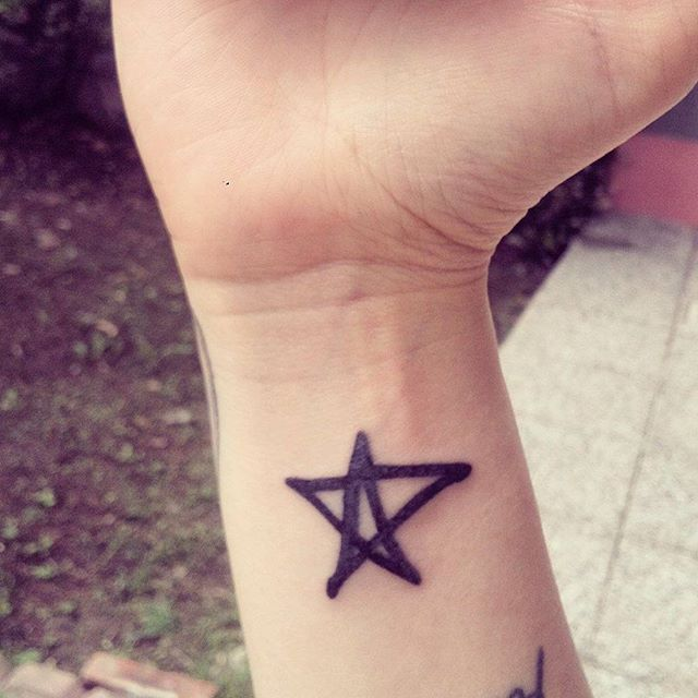 My new tattoo ❤ @avrillavigne #AvrilLavigne #Avril #littleblackstar #littleblackstars #tattoo #newtattoo #avriltattoo #blackstar #LBS #abbeydawn #ink #music #love