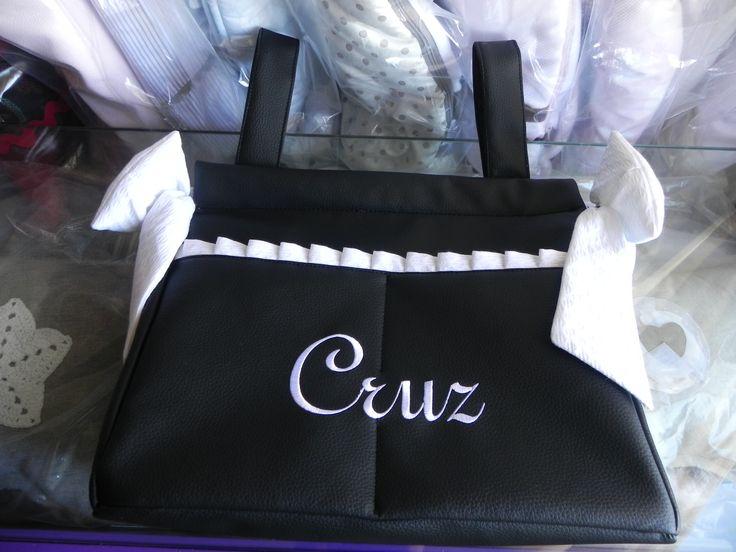Bolso panera de polipiel negra personalizado en blanco.