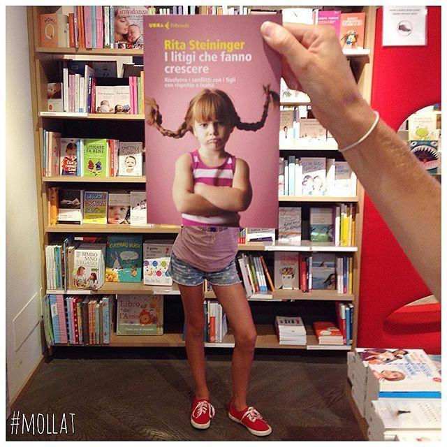 Bookface Mollat hors les murs à la Librairie Rizzoli, Galleria Vittorio Emanuele II, Milan avec la participation de @anna1830 #sleeveface #livre #book #libro #librairie #mollat #bookshop
