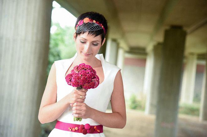 Brautkleid kurz mit Kragen (Foto: Kristina Schorn)