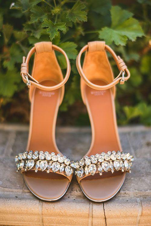 Zapatos clásicos o de colores, con tacon o espardenyas,.. Multitud de modelos para elegir el complemento más importante para tu vestido de novia