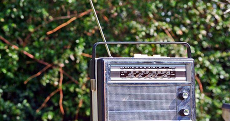 Cómo hacer un detector de micrófonos. Los detectores de micrófonos son dispositivos electrónicos usados para revelar la presencia de aparatos de escucha o micrófonos instalados en una habitación. Trabajan detectando las señales de frecuencia radial que son transmitidas y recibidas por el dispositivo de vigilancia oculto. Si crees que alguien está oyendo tus conversaciones, puedes ...
