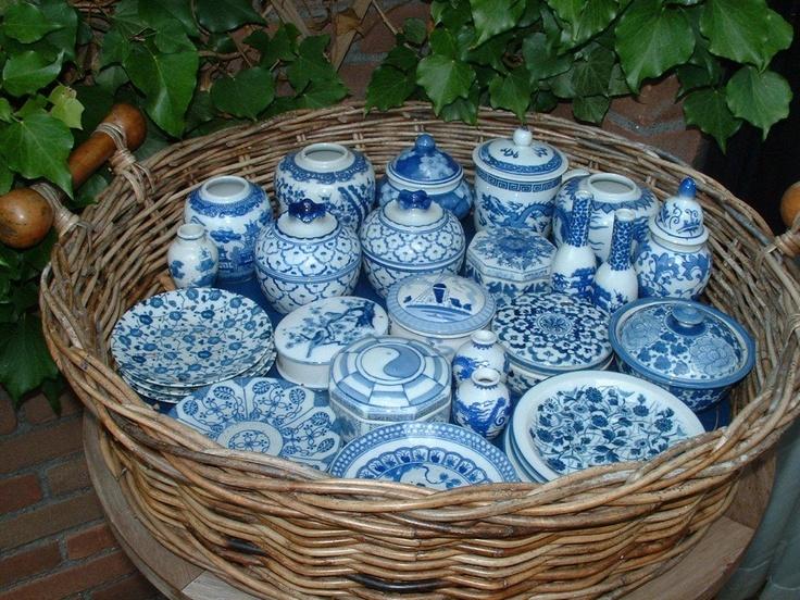 Mand met blauwe verzameling