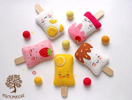 Купить или заказать Игрушка из фетра 'Мороженое' в интернет-магазине на Ярмарке Мастеров. Лето, ах лето.. Это не только тепло, яркое солнце и море, но и мороженое, много мороженого! Поэтому у нас появились новые лакомства – очень яркие и необычные пломбиры с самой разной начинкой – лимонное, ванильное с шоколадной и вишневой глазурью и, конечно же, клубничное. Веселая игра малышам обеспечена) Мороженое сшито из качественных материалов - полушерстяной фетр обладает антибактериальными и…