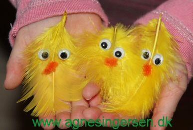 Lette fjerkyllinger fra min blog http://agnesingersen.dk/blog/fjerkylling/ easy kids crafts Easter - Kinderbastelideen Ostern