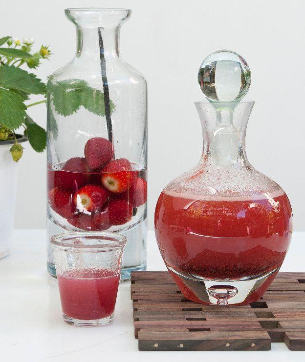 500 γρ. φράουλες, κατά προτίμηση μικρές 1 λίτρο τσίπουρο με γλυκάνισο, σκέτο ή ρακή 500 γρ. ζάχαρη 200 γρ. νερό