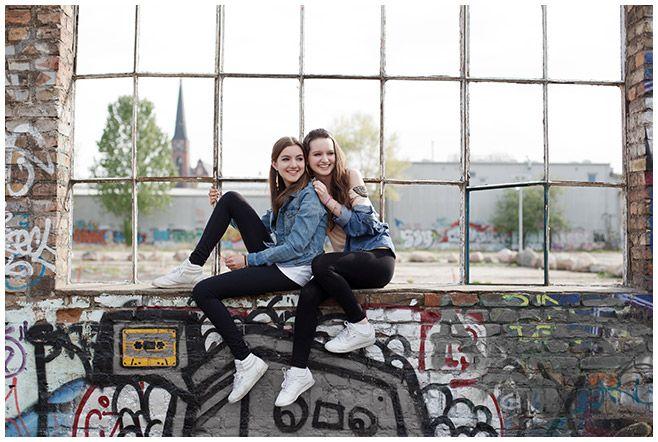 Foto von zwei Freundinnen bei Geschenkgutschein-Fotoshooting in Berlin © Fotostudio Berlin LUMENTIS