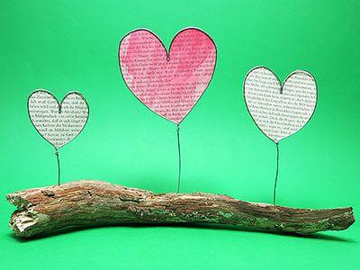Aus Papier von alten Buchseiten und Draht lassen sich schöne Dekoherzen basteln. Ideal als Geschenk! - DIY Anleitung