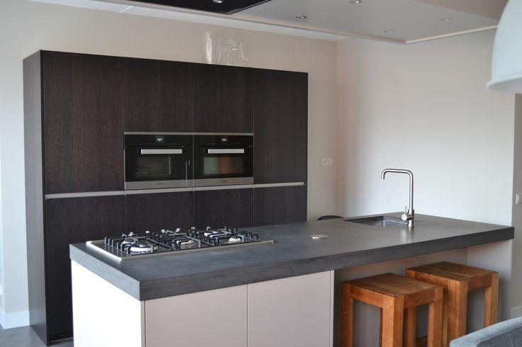 Geweldige keuken in greeploos wit en antraciet houtlook met kookeiland inclusief betonnen werkblad en plafondafzuiging! Geplaatst door NDR Keukens in Lunteren.