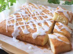 バターを使わず、材料を混ぜるだけ、レモン1個と家にあるもので簡単にできるレモンケーキのレシピです。たっぷりかけた甘酸っぱいレモンフレーバーのグレーズがおいしいワンボウルケーキです。
