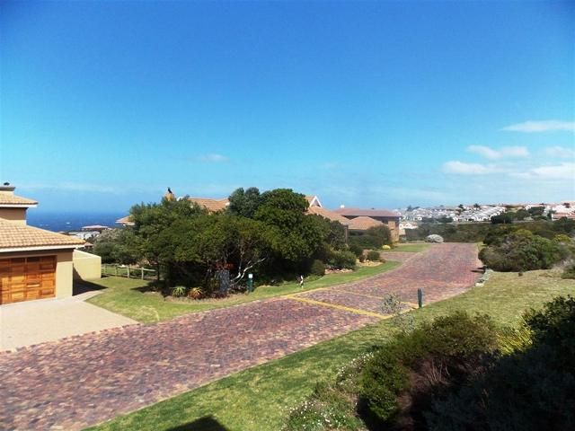 Family Home on Golf Estate. Comfortable yet stylish family home on the Mossel Bay Golf Estate. 3 Large bedrooms, 2 bathrooms, open plan living, big indoor braai and modern, spacious kitchen. Easy and secure living with a sea view! WEB REF: 101334459 #house #property #golfestate