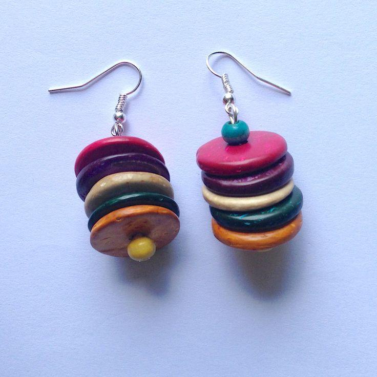 Orecchini pendenti colorati con perline e dischetti in legno fatti a mano, by La piccola bottega della Creatività, 6,50 € su misshobby.com