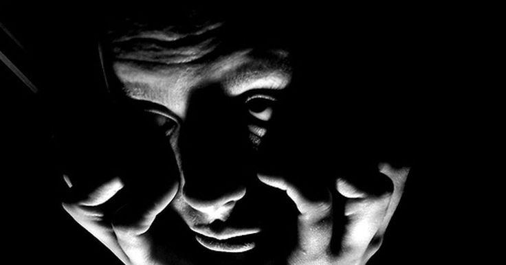 Dor na face causada por problemas nos sinos. A infecção dos sinos (ou seios paranasais), também chamada de sinusite, é uma condição desconfortável em que as passagens nasais ficam inflamadas e inchadas. A irritação inibe a drenagem natural de muco, o que pode resultar no seu acúmulo nas cavidades nasais. De acordo com a Mayo Clinic, esse excesso de muco cria uma área ideal para a reprodução ...