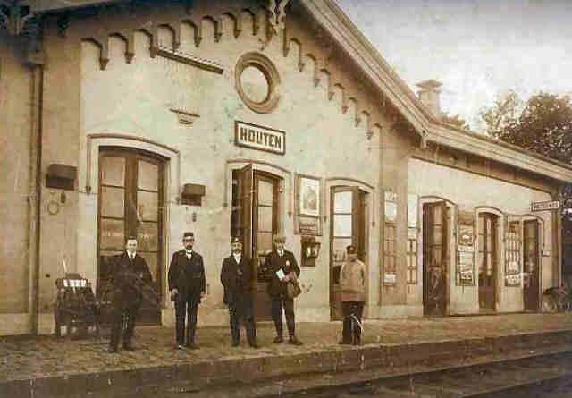 Historisch Houten.  Het eerste station in Houten werd geopend op 1 november 1868. Dit was een standaardtype dat in meerdere plaatsen langs de spoorlijn Utrecht – 's-Hertogenbosch werd gebouwd (onder andere ook in Schalkwijk, Geldermalsen en Culemborg). De architect was K.H. van Brederode. Dit station werd gesloten in 1935.  Ca. 1920.