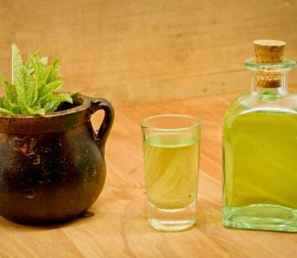 Uchovávanie liečivých rastlín extrahovaním v alkohole je jednoduchou metódou