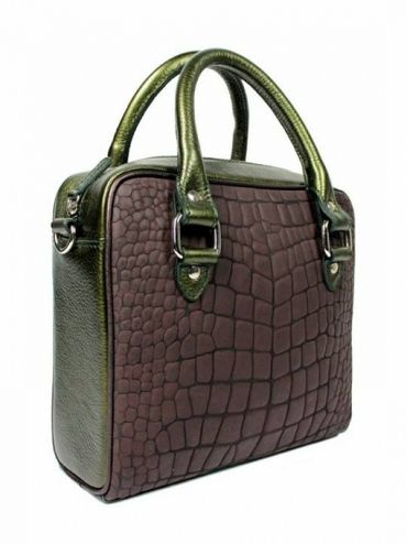 Bag is made from the highest quality grain leather color bottled. Front of italian leather handbags in brown color. From the inside it is decorated with jacquard, gray lining with delicate dots. The whole suspended on leather belt ended snap hooks, which can be removed. Each original handbag GOSHICO id is in the middle of the tab with our logo. PRICE: 261.44 € http://goshico.com/kuferek-z-paskiem-rebel-1387.html