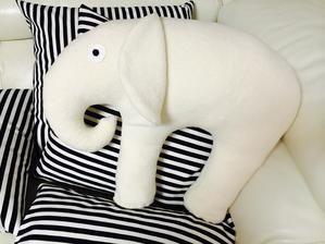 Vankúšik na cestovanie-sloník ;) . Vhodný ako podložka pod hlavu pri cestovaní autom . Tento sloník je špeciálne pre detičky.Material:baránok 100% BIO bavlna prírodná . Pre krsniatko...