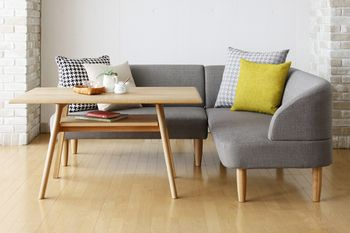 グレーのソファには黄色系のクッションやチェック柄のクッションをセレクトすることで、オリジナリティを出すことができますよ。