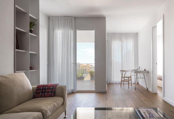 Il living comprende anche un angolo studio, composto da un leggero scrittoio bianco, posto in prossimità della porta finestra, per sfruttare al massimo la luce naturale. Accanto, la camera da letto matrimoniale
