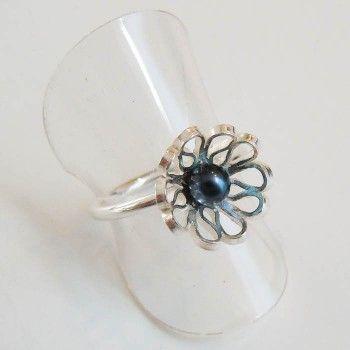 Zilveren boeketreeks ring met blauwe parel.
