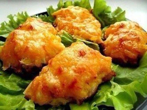 Máte rádi sladké hlavní jídla? Připravte si kuřecí prsa s ananasem a sýrem, zapečená v troubě. Rychlá příprava. Mňam!