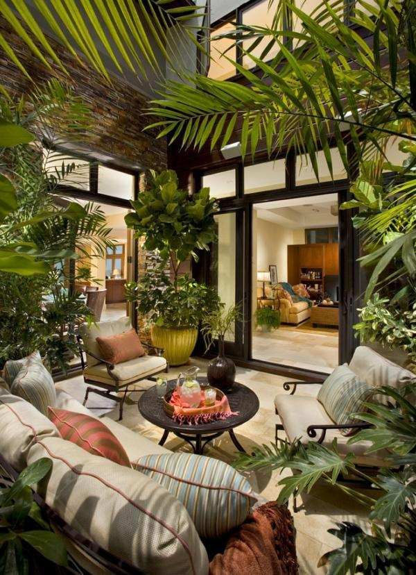 Wintergarten pflanzen palmen sichtschutz schiebetueren haus ...